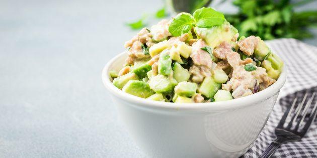Resipi Salad: Salad dengan tuna, alpukat, timun dan saderi