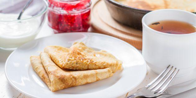 Receta para panqueques finos con agujeros en mineral y crema agria.