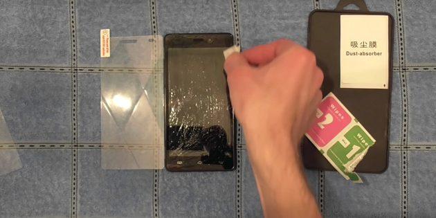 Πριν κολλήσετε ένα προστατευτικό γυαλί, απολεσθείτε την επιφάνεια της οθόνης