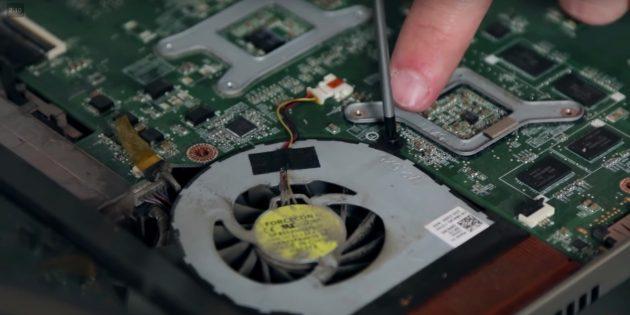 Dizüstü bilgisayarı temizlemek için soğutucuyu çıkarın