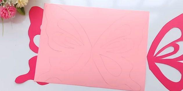 Grußkarte für Ihre eigenen Hände: Wege auf Rosa Papier und Kreis auftragen