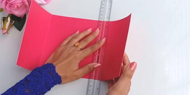 Karte für einen Geburtstag mit den eigenen Händen: Schneiden Sie aus rosa dickem Papierdetail von 30 x 15 cm