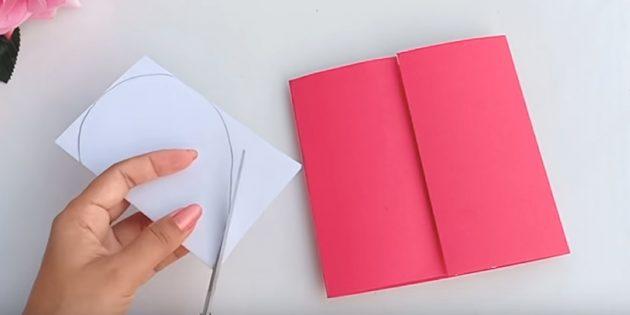 Grußkarte für Ihre Hände: Ziehen Sie auf einer Seite des weißen Papiers Hälften des Herzens und reduzieren Sie die Kontur