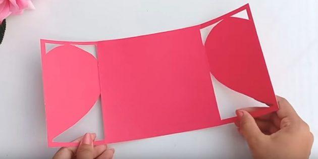 Biglietto di auguri per le mani: tagliare la carta sulle linee su entrambi i lati