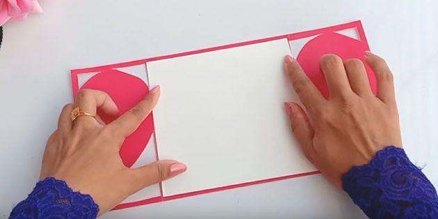 Schneiden Sie aus weißem Papierelement auf die Größe der Rückseite der Postkarte