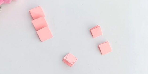 บัตรอวยพรสำหรับมือของคุณ: ตัดออก 3 สี่เหลี่ยมจากกระดาษพีชที่มี 5 ซม. และ 4 ซม.