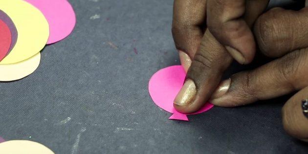 Grußkarte für Ihre Hände: Schneiden Sie kleine Dreiecke