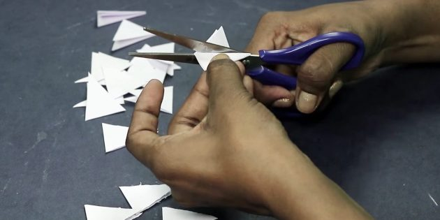 Biglietto di auguri per le tue mani: tagliare i triangoli di carta bianca
