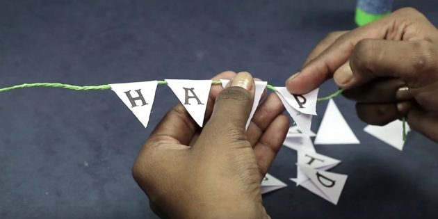 """Scrivi su ogni triangolo in una lettera dalla frase """"Buon compleanno"""""""