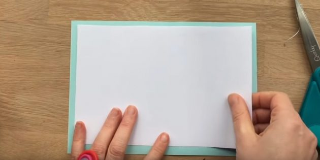 ตัดสี่เหลี่ยมสีขาวและกระดาษสีน้ำเงิน