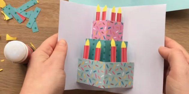 بطاقات المعايدة يديك: قطع الشموع والتمسك بالكعكة