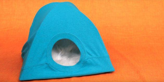 Sådan laver du et hus til en kat fra pap, T-shirts og bøjler