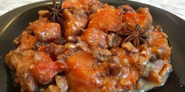 Kürbis im Ofen, in Sahne mit Nüssen, Rosinen und Gewürzen gebacken