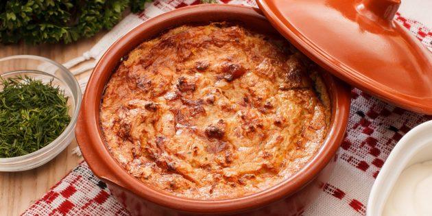 Thịt lợn với khoai tây và phô mai trong chậu trong lò