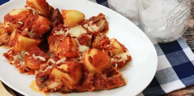 Thịt lợn với khoai tây, champignon và sốt cà chua trong lò