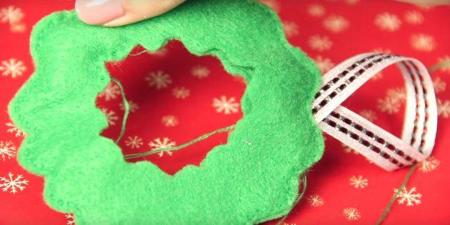 Julgranleksaker gör det själv: Sätt kanten och lägg till en slinga