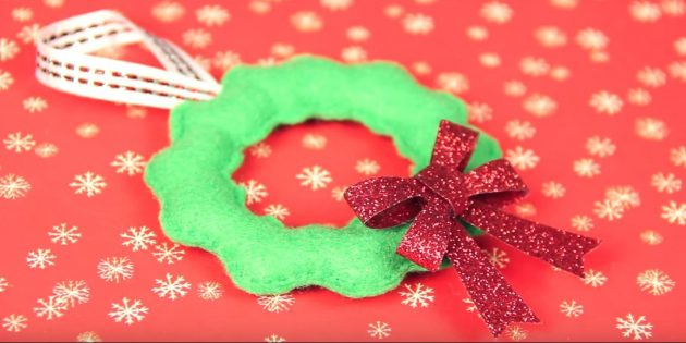 Julgranleksaker gör det själv: Rengör leksaken och dekorera bågen