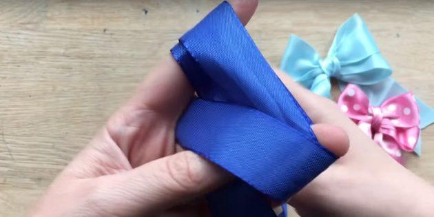 弓を結ぶ方法:ループの下の先端を伸ばします