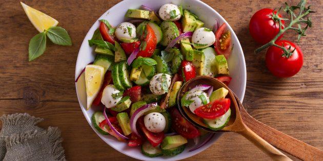 Resipi Salad Mudah: Salad dengan timun, alpukat dan mozzarella