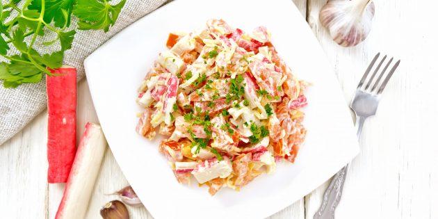 Salad dengan tomato, penyepit kepiting dan keju: resipi terbaik