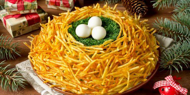 """สูตรสลัดคลาสสิก """"รัง Plukhary"""" กับไข่นกกระทาและมันฝรั่งทอด"""