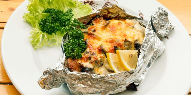 Pink salmon in the oven with champignons: a simple recipe