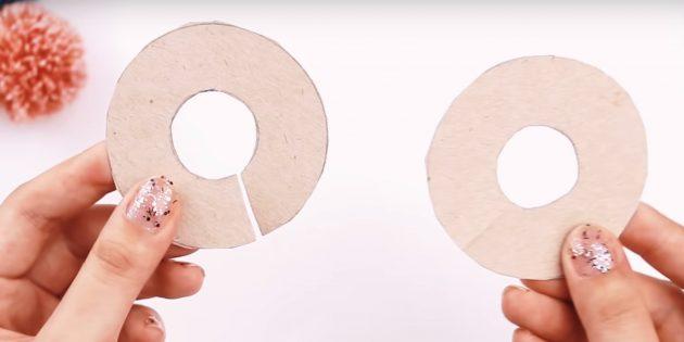 Cách làm Pompon: Cắt vòng tròn ở trung tâm