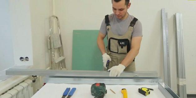 Декоративный камин своими руками: отрежьте два куска профиля для передней и задней части каркаса основания