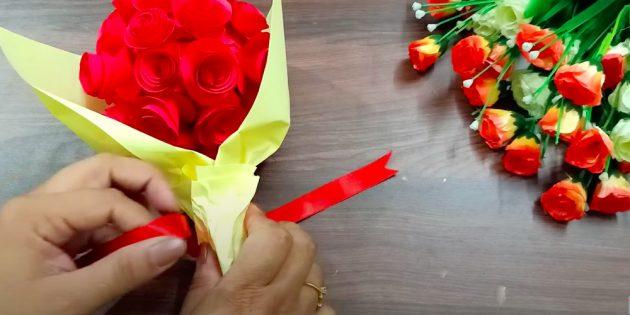 Ambachten voor 8 maart: wikkel een boeket in decoratief papier