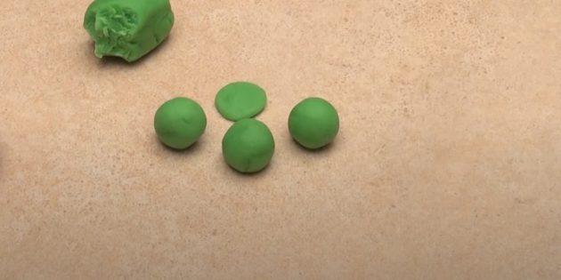 «Гүл» пластилинінен қолөнер: үш допты және шеңберді алыңыз