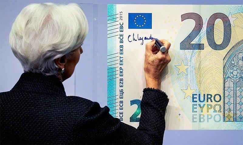Christine Lagarde szimbolikusan aláírja a bankjegyet