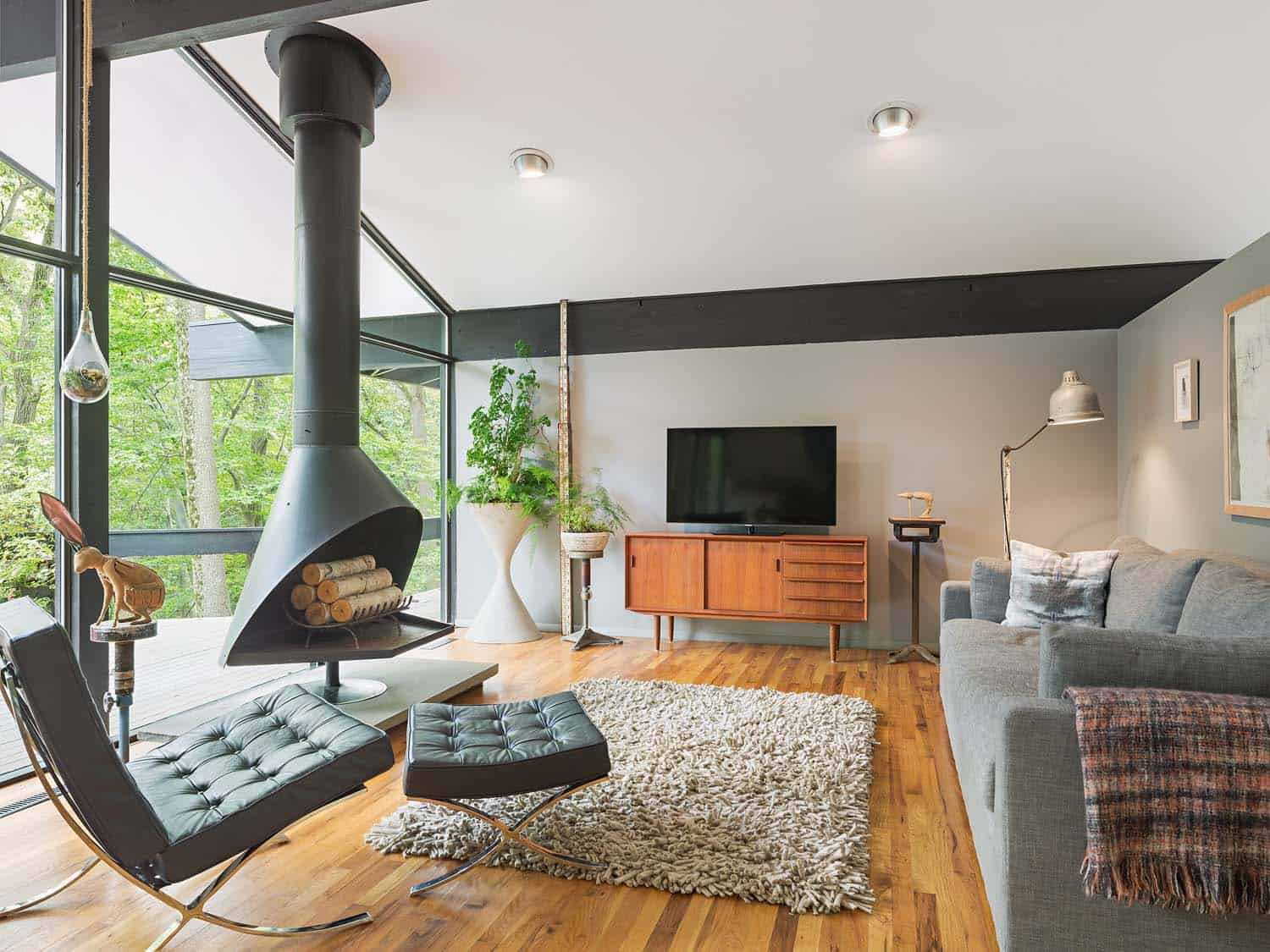A stylish mid century modern makeover draws nature inside mid century modern home studio robert jamieson 01