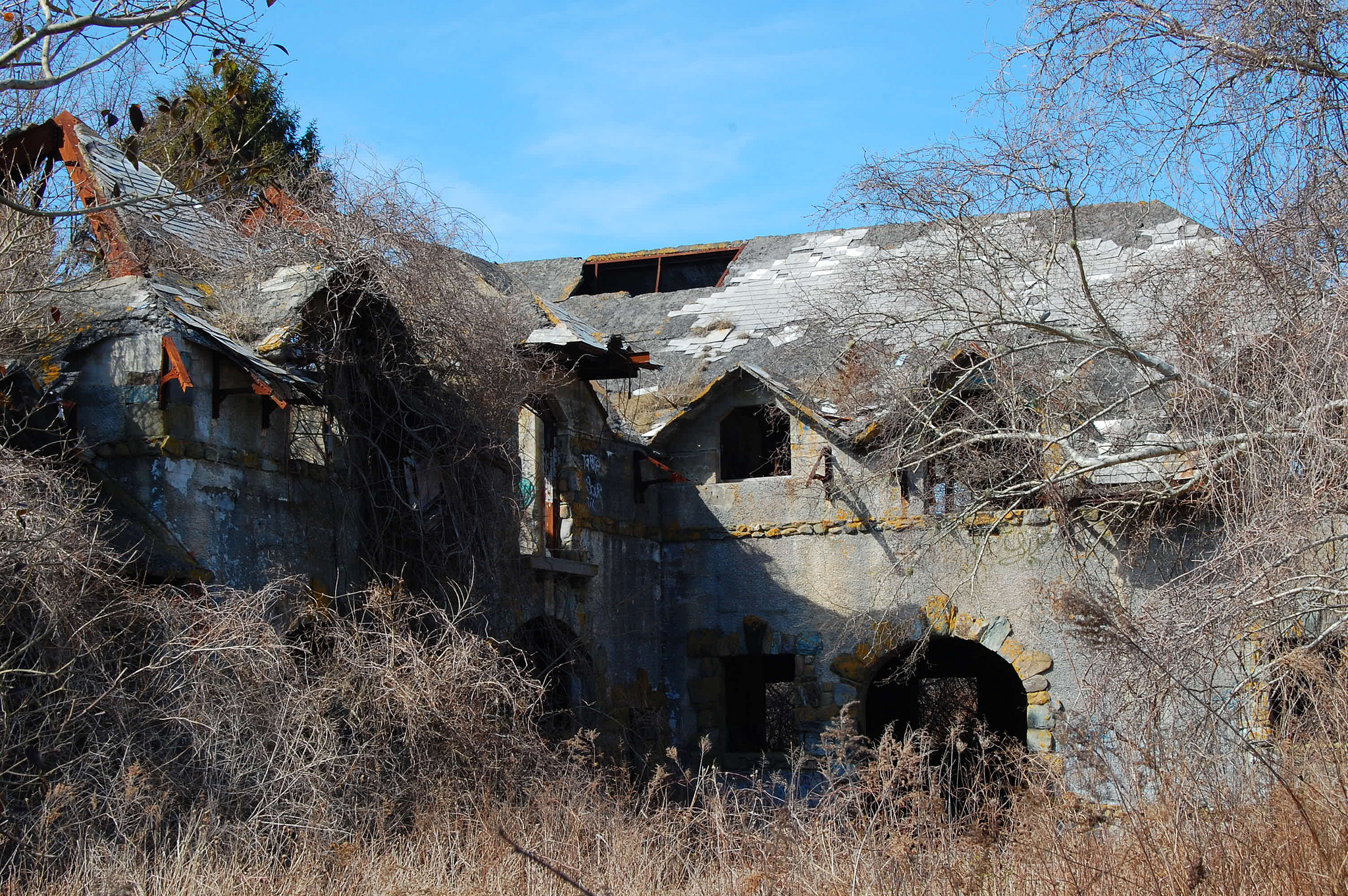 This Amazing Rhode Hike Will Take You Right To An Abandoned Estate