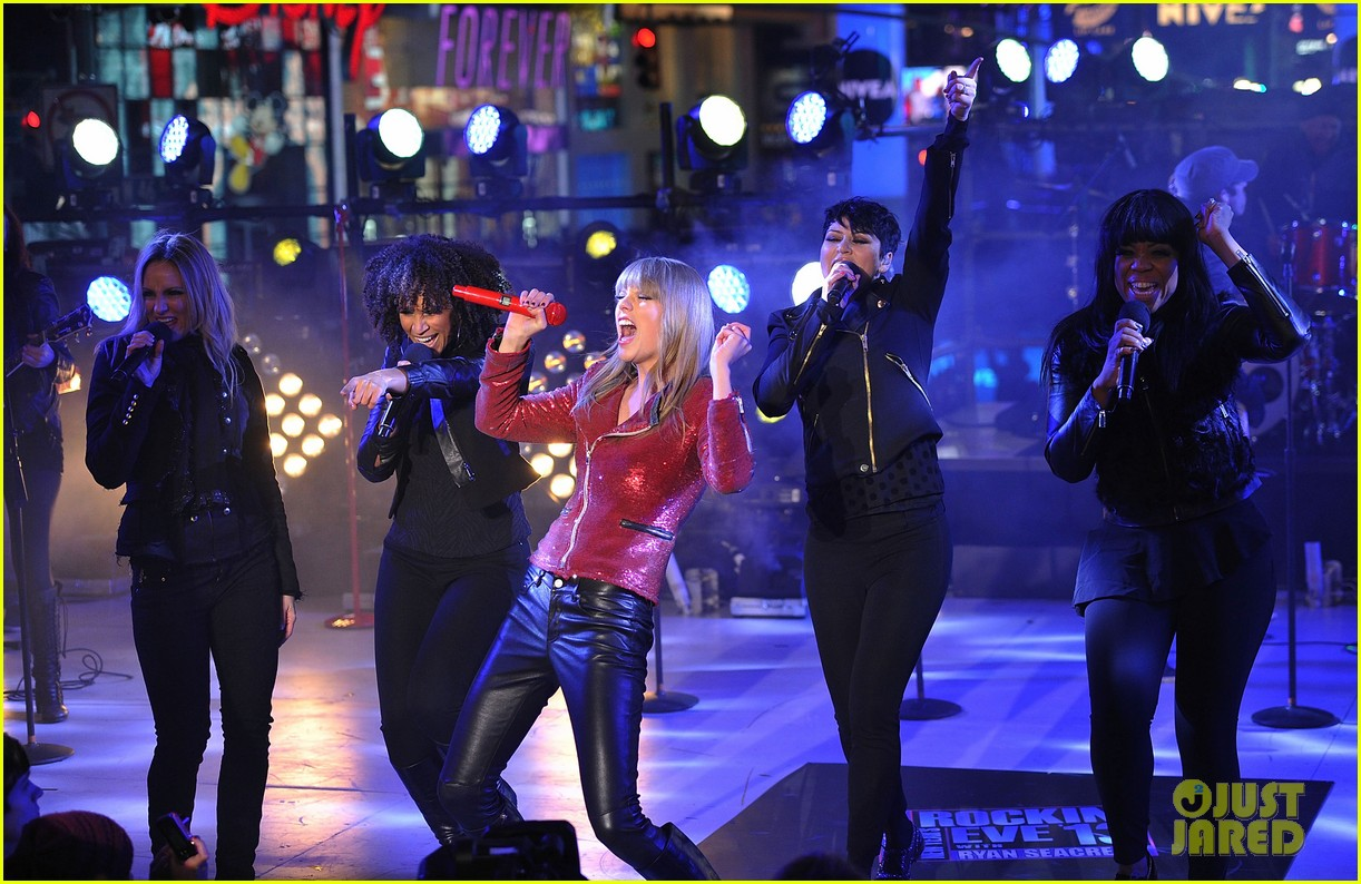 Taylor Swift  New Year s Eve Performance in Times Square   Photo     Taylor Swift  New Year s Eve Performance in Times Square