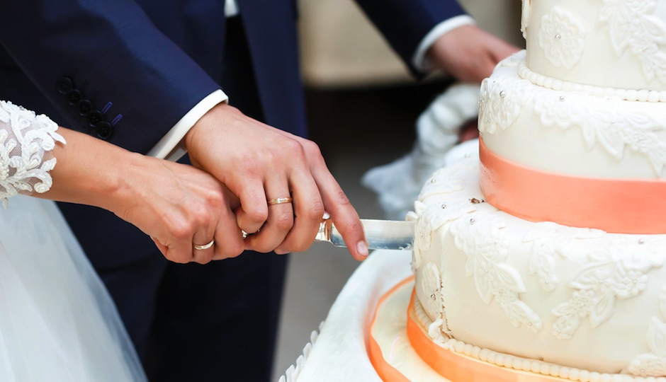 Does Having a Fake Wedding Cake   and Serving Your Guests Sheet Cake     Shutterstock