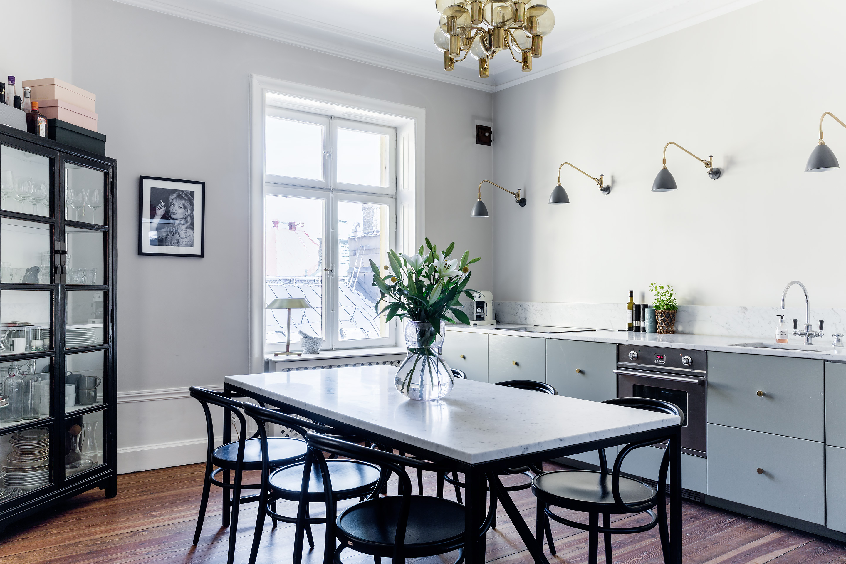 Stylish kitchen and dining space   COCO LAPINE DESIGNCOCO LAPINE DESIGN     Stylish kitchen and dining space   via Coco Lapine Design