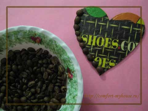 Prikleivanie zeren kofe na kartonnuyu zagotovku