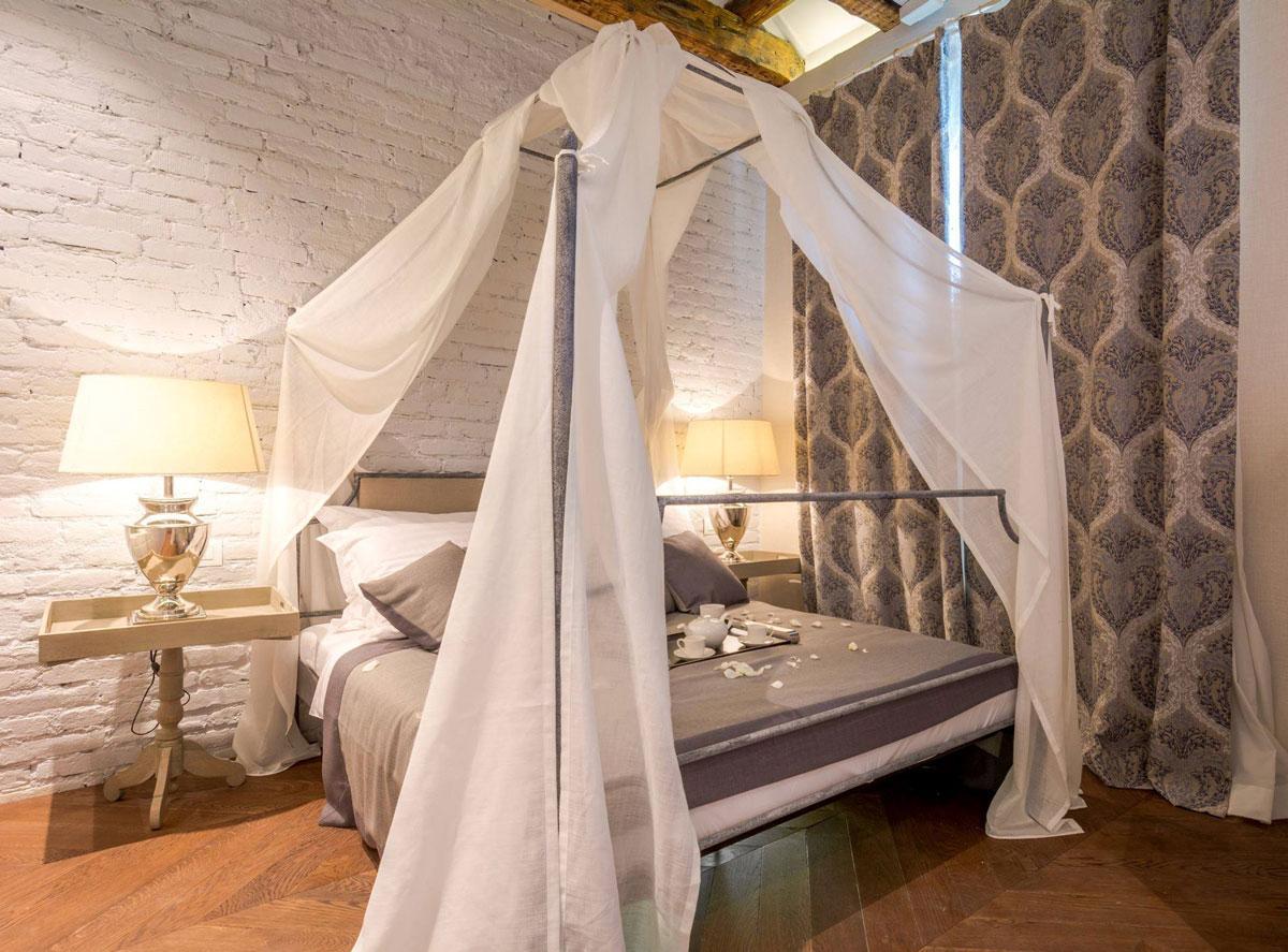 Baldakinen över sängen är vit