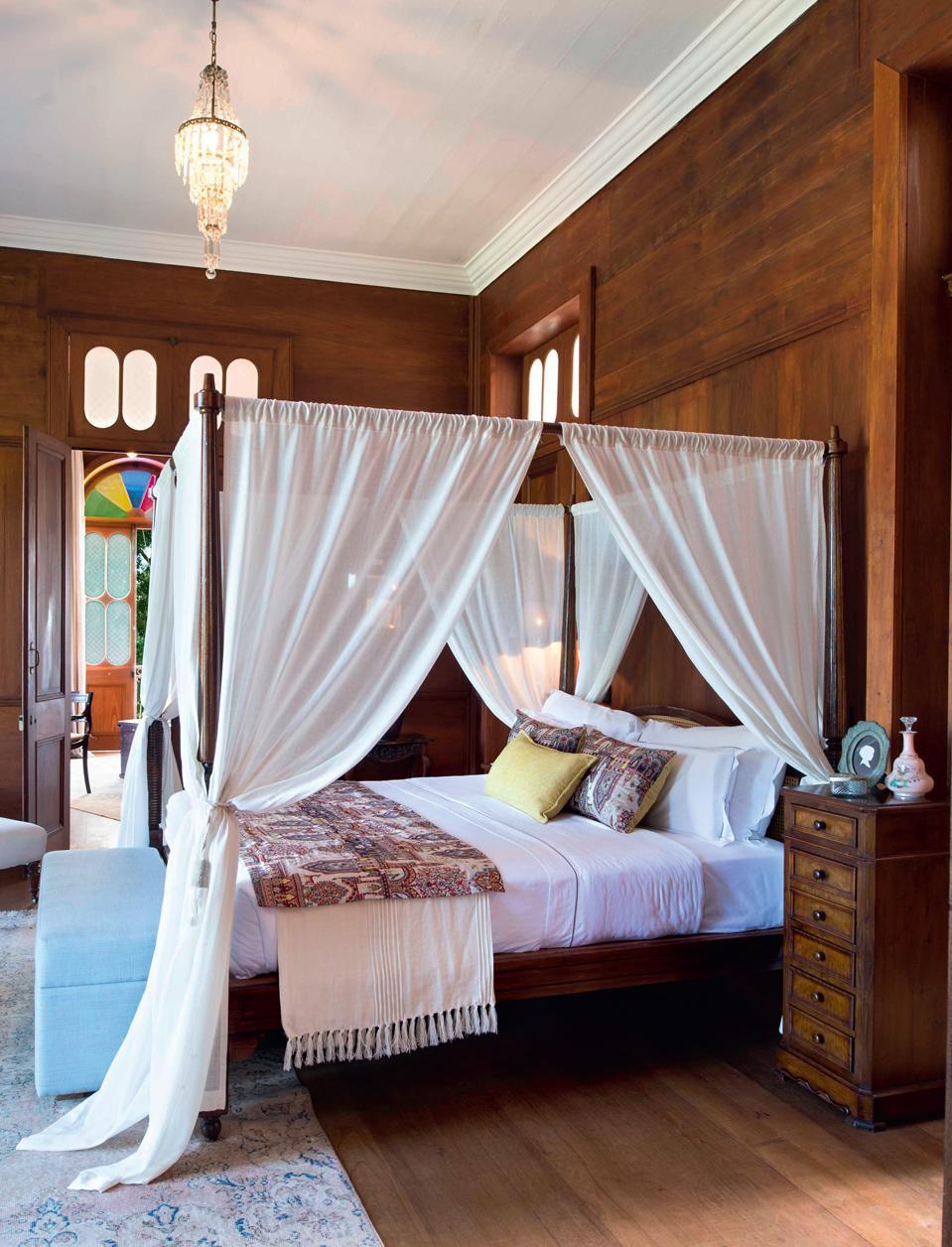 Baldakin över sängen i engelsk stil