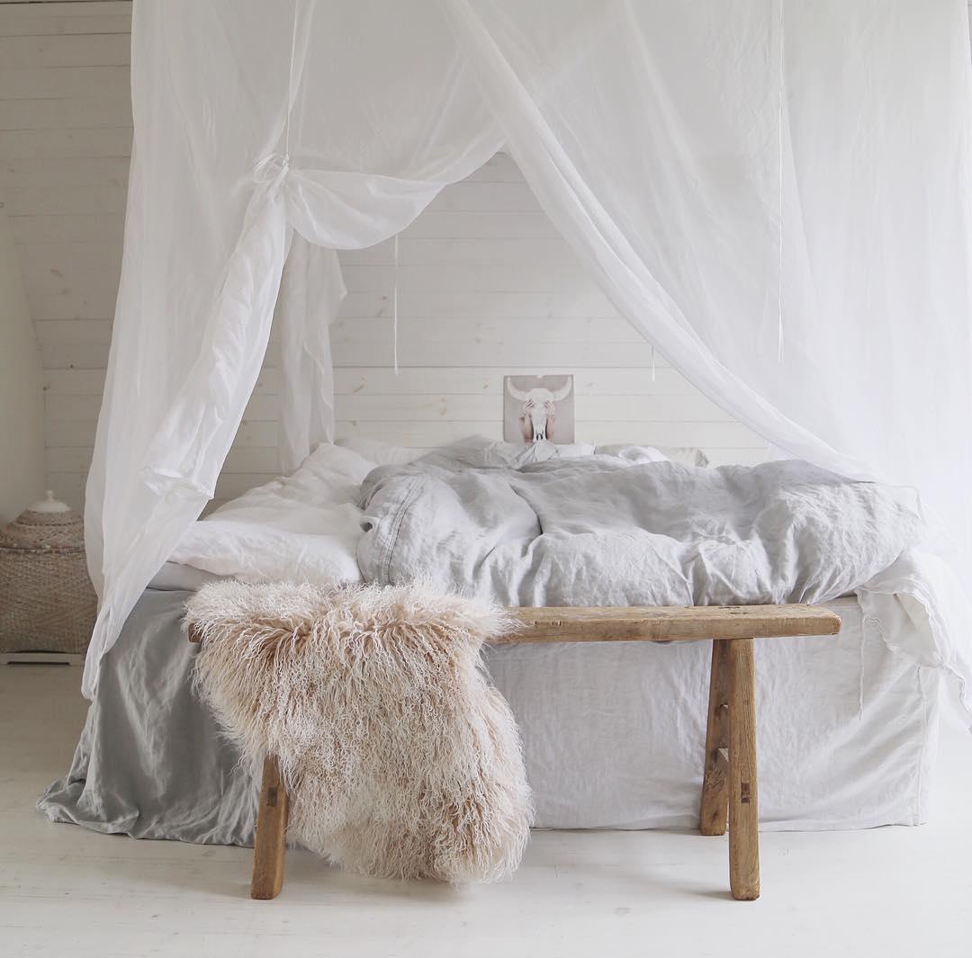 Övertäckt i miljöstil över sängen