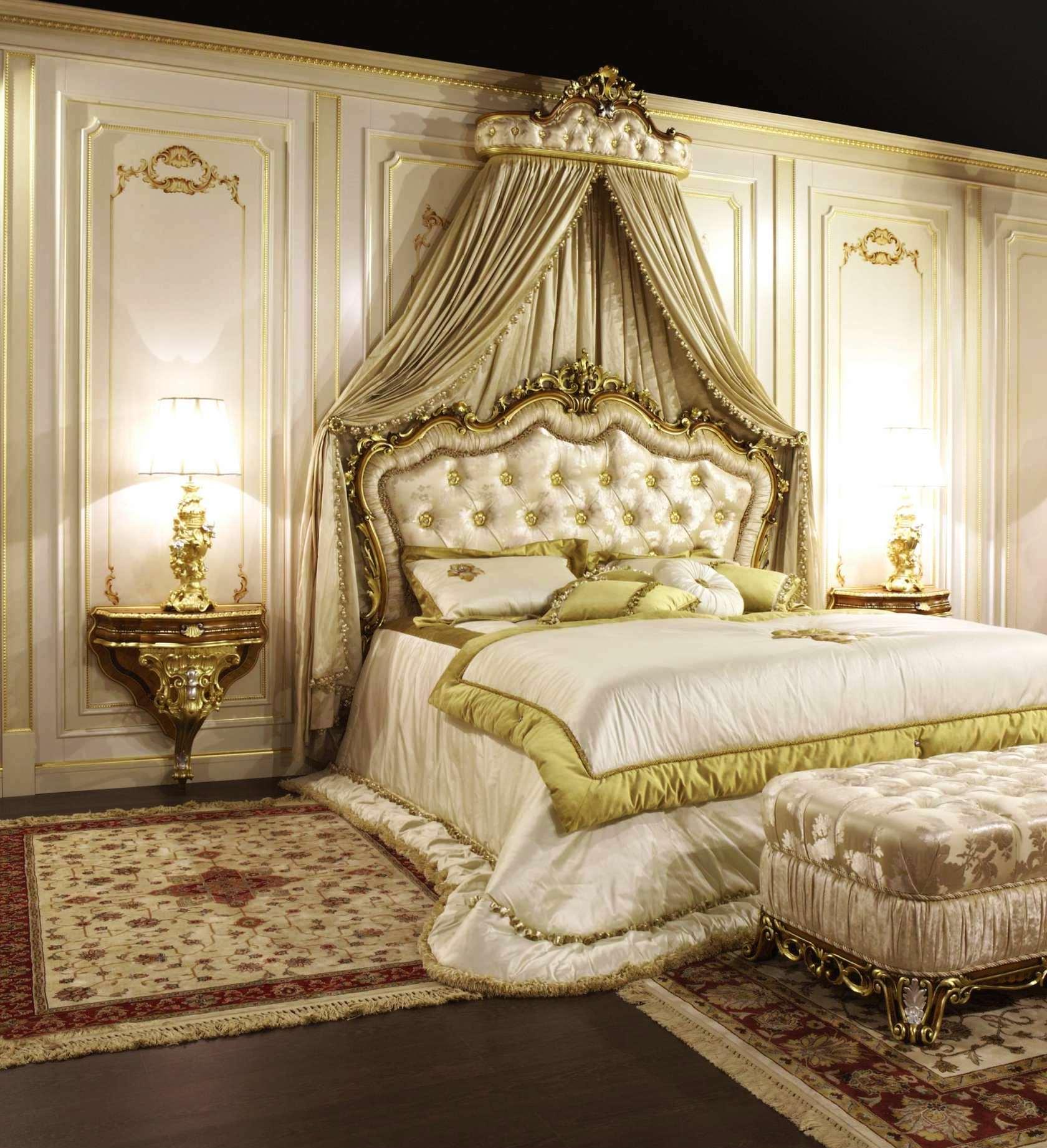 Lyxig gyllene baldakin över sängen