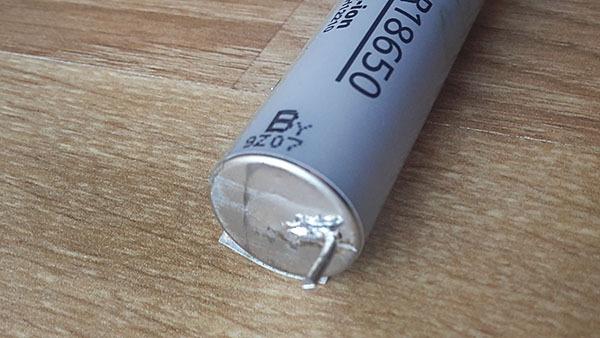 Restaurando la batería de la computadora portátil. Batería, batería, restauración, reparación, reparación de ingeniería, larga