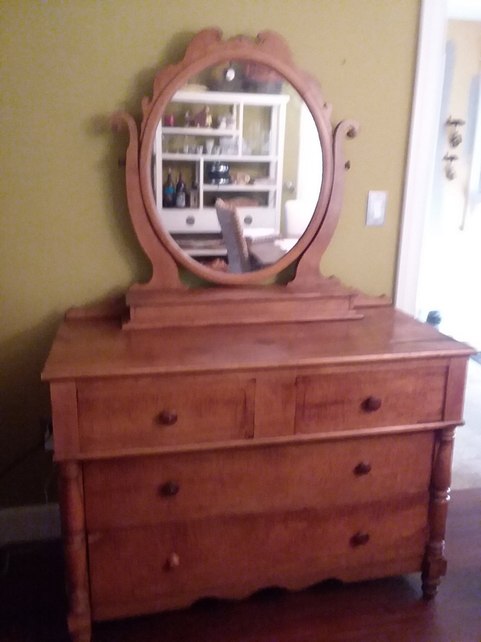 Dresser With Mirror 4 Drawers Looks Like It Has A Tiger