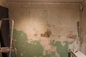 Sehr brüchige Wand mit großen Löchern sanieren