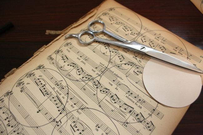 Baumschmuck aus Notenpapier basteln - Schnelle Anleitung