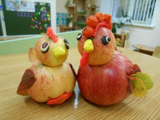 Петух и курица из яблок и пластилина