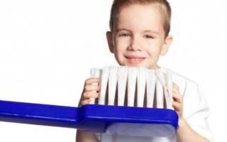 Cậu bé với bàn chải đánh răng