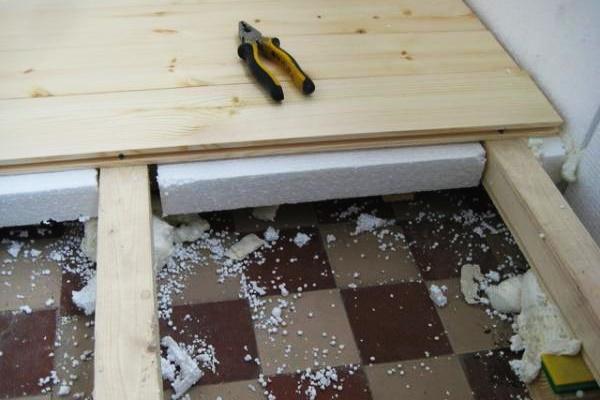 Heilen Sie Isolierung in einem Privathaus, tun Sie es selbst auf dem alten Boden