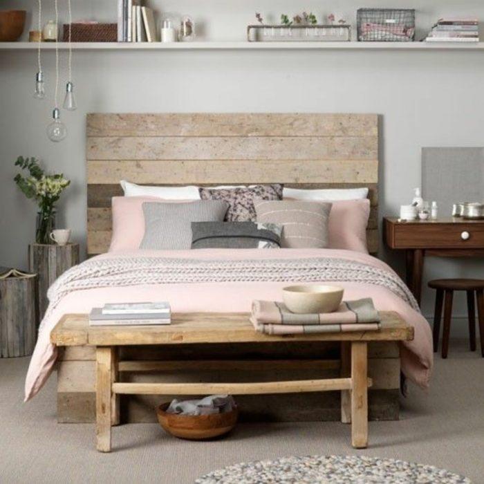 Кровать из досок в маленькой спальне