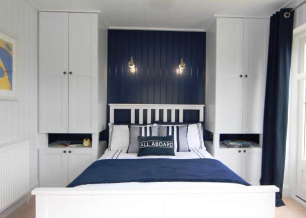 Тумбы-шкафы до потолка по бокам кровати